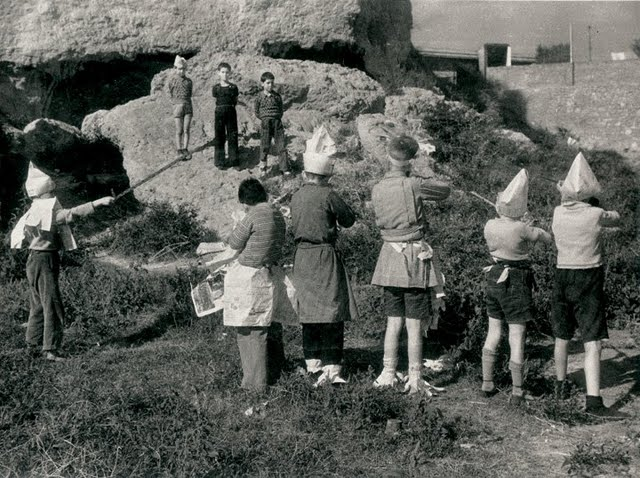 CENTELLES, niños jugando a la guerra